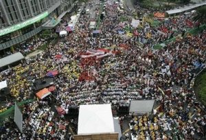 For the Arroyo cohorts, this crowd is not enough.  Let us see what happens on Wednesday, 06/10/09, Manila time.  [photo courtesy of AP]